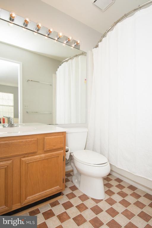 Ensuite bath for 2nd bedroom - 512 GINGER SQ NE, LEESBURG