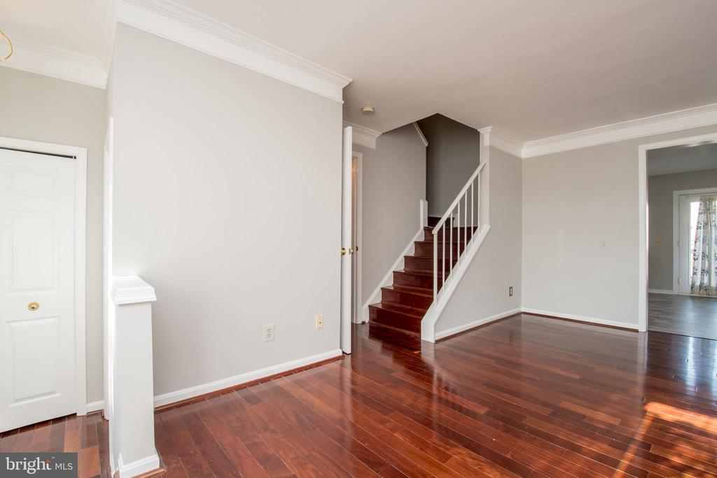 Combined living and dining room leads to kitchen - 512 GINGER SQ NE, LEESBURG