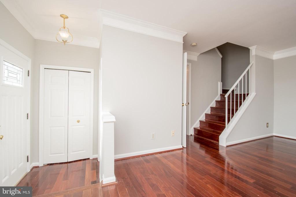Freshly painted bright, open floor plan - 512 GINGER SQ NE, LEESBURG