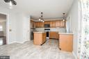 Spacious eat-in kitchen with island - 512 GINGER SQ NE, LEESBURG