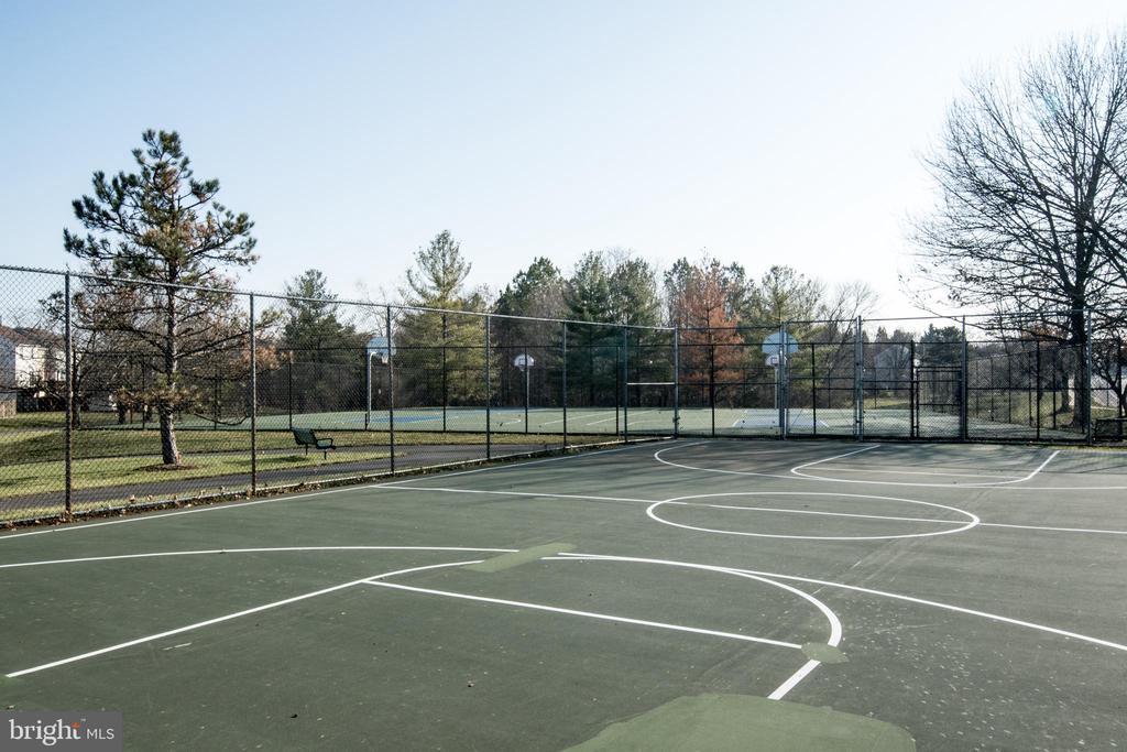 and basketball courts - 512 GINGER SQ NE, LEESBURG