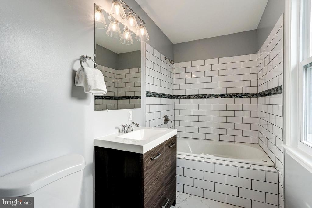 ensuite bathroom - 1431 ANACOSTIA AVE NE, WASHINGTON