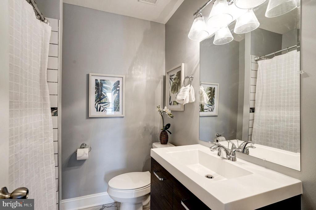 Hall bathroom - 1431 ANACOSTIA AVE NE, WASHINGTON