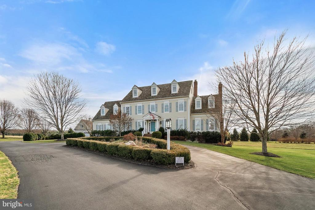 Paved circular drive  with beautiful landscaping - 37239 HUNT VALLEY LN, PURCELLVILLE