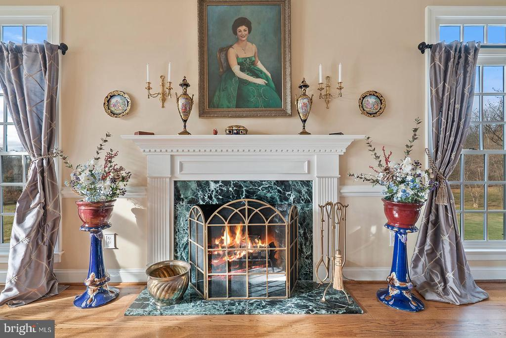 Wood burning fireplace with colonial mantel - 37239 HUNT VALLEY LN, PURCELLVILLE
