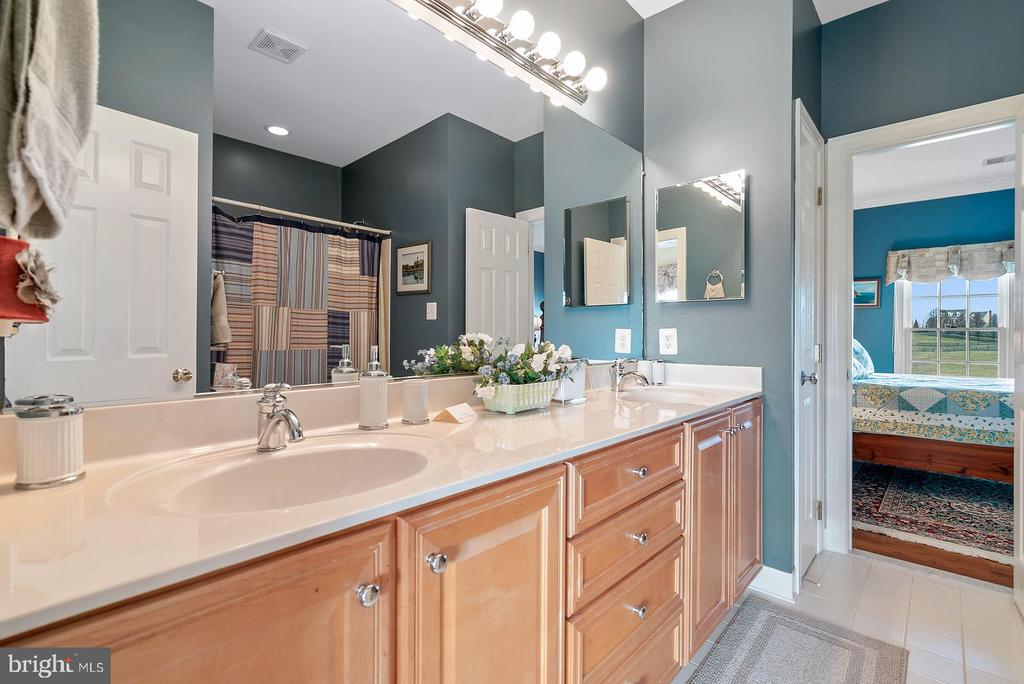 Shared bath for bedrooms two and three - 37239 HUNT VALLEY LN, PURCELLVILLE