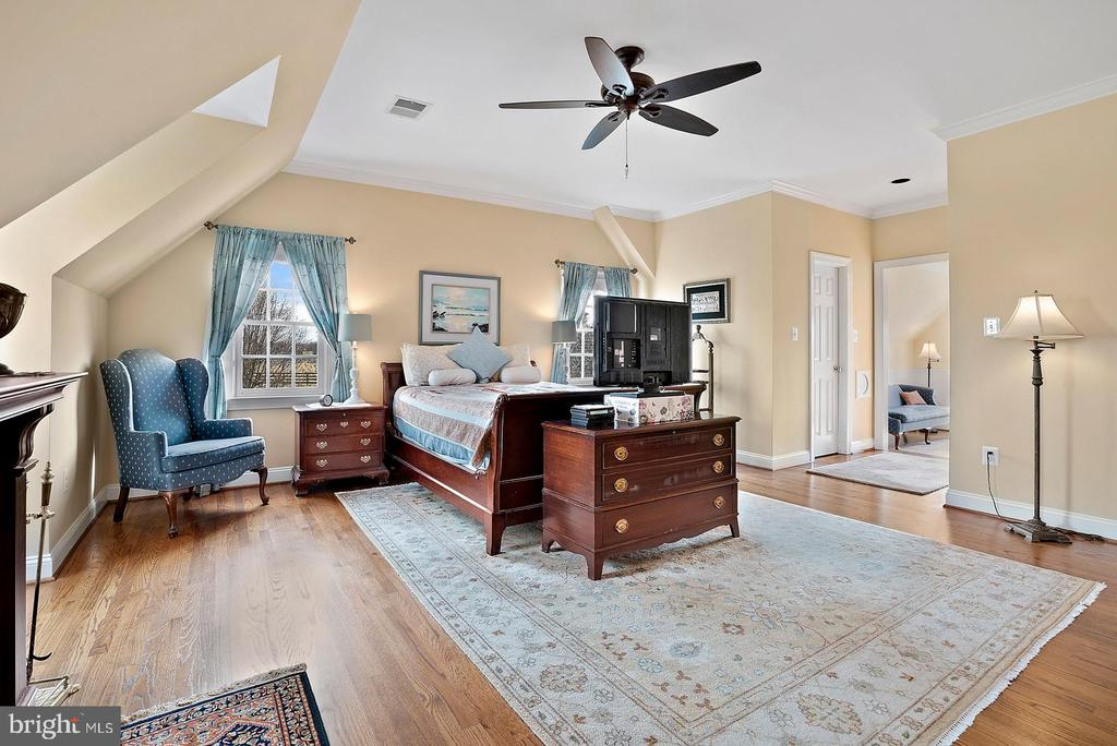 Large suite with 3 walk in closets. - 37239 HUNT VALLEY LN, PURCELLVILLE
