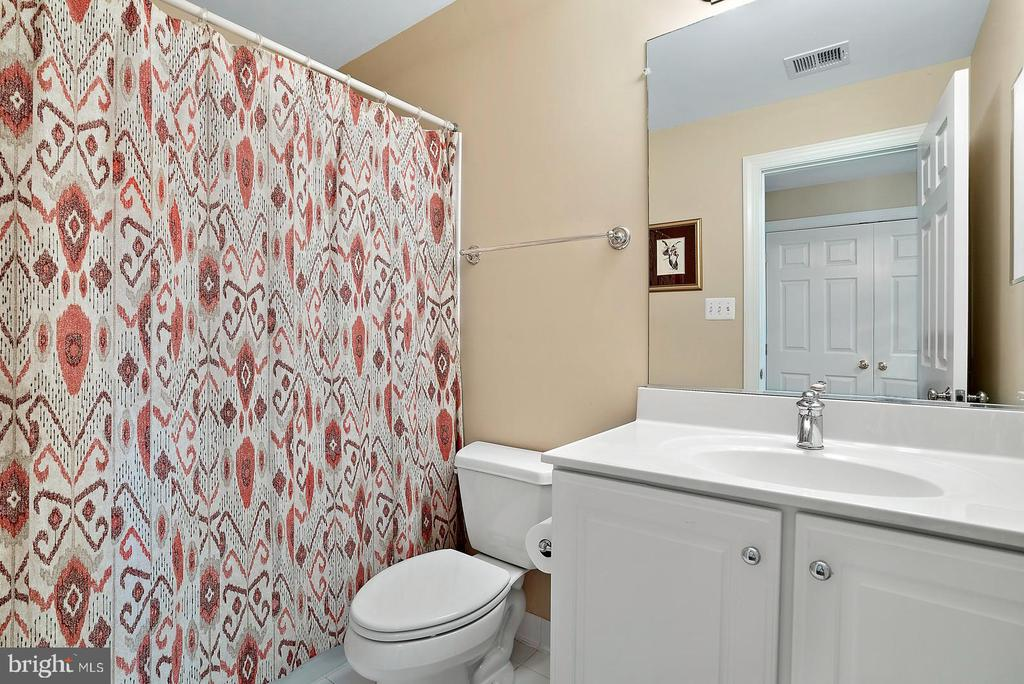Third floor private bathroom. - 37239 HUNT VALLEY LN, PURCELLVILLE
