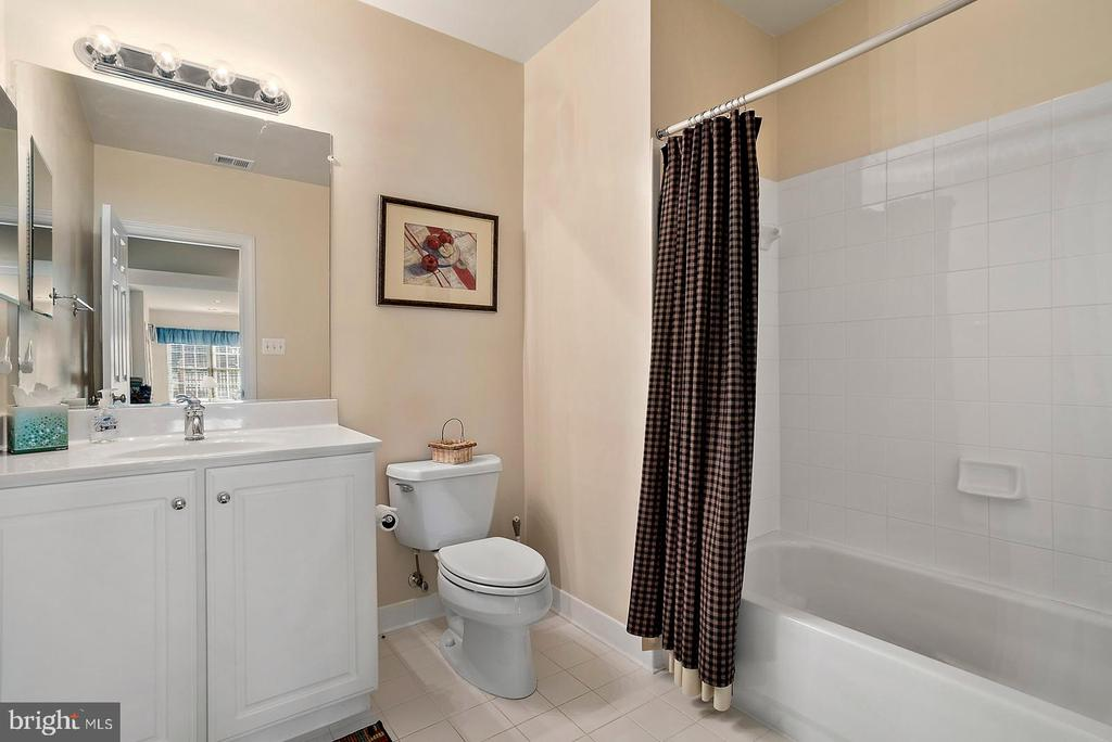 Lower level bathroom number 5. - 37239 HUNT VALLEY LN, PURCELLVILLE