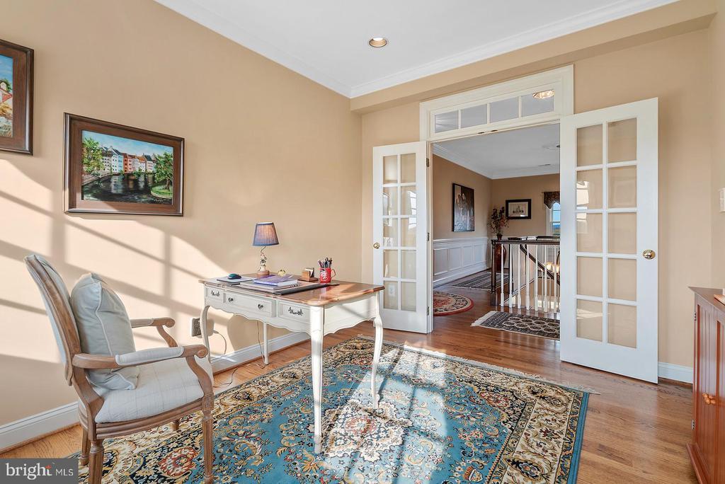 Oak hardwood flooring. - 37239 HUNT VALLEY LN, PURCELLVILLE