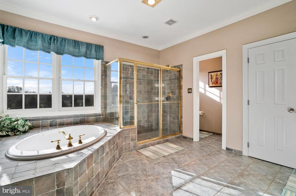 Master bath tiled with shower and tub - 37239 HUNT VALLEY LN, PURCELLVILLE