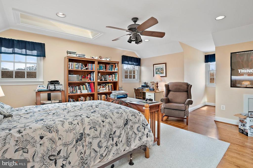5th bedroom with two skylights. - 37239 HUNT VALLEY LN, PURCELLVILLE