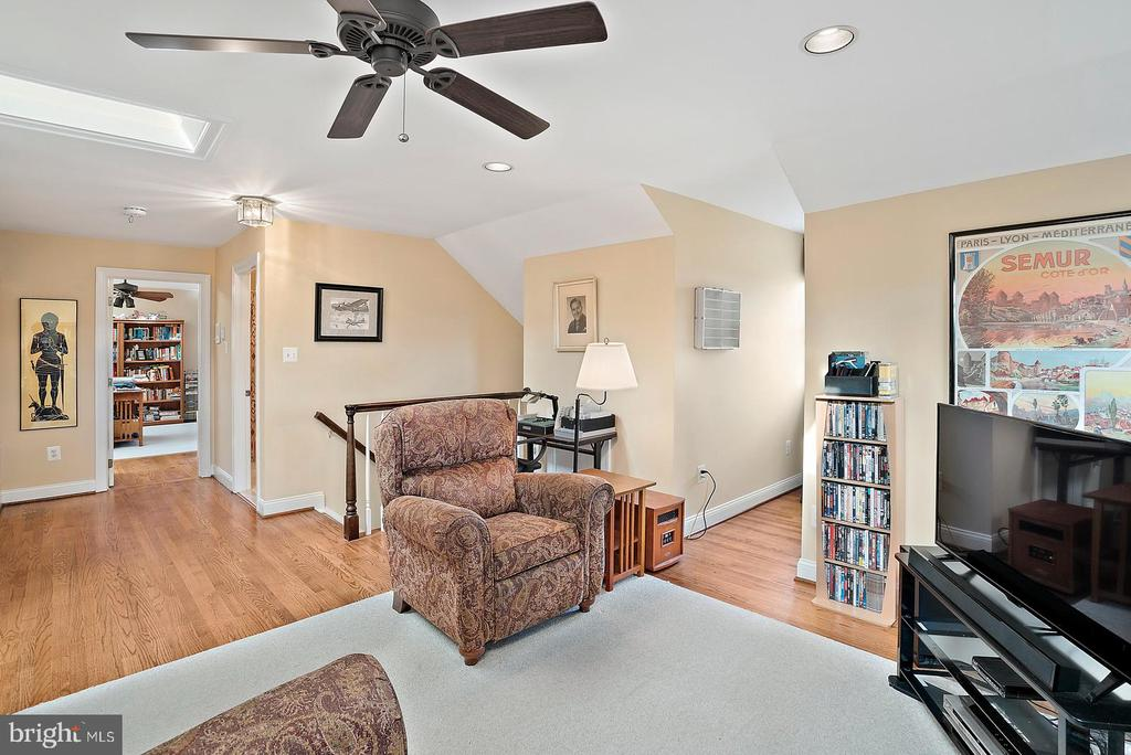 Ceiling fan with two skylights in upper 3rd level. - 37239 HUNT VALLEY LN, PURCELLVILLE