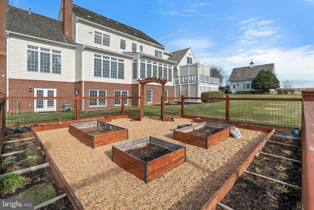 Raised garden beds.  Completely fenced. - 37239 HUNT VALLEY LN, PURCELLVILLE