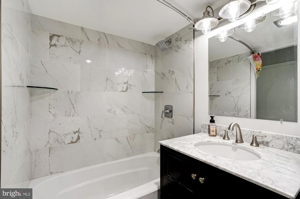 En-suite bathroom - 250 S REYNOLDS ST #801, ALEXANDRIA