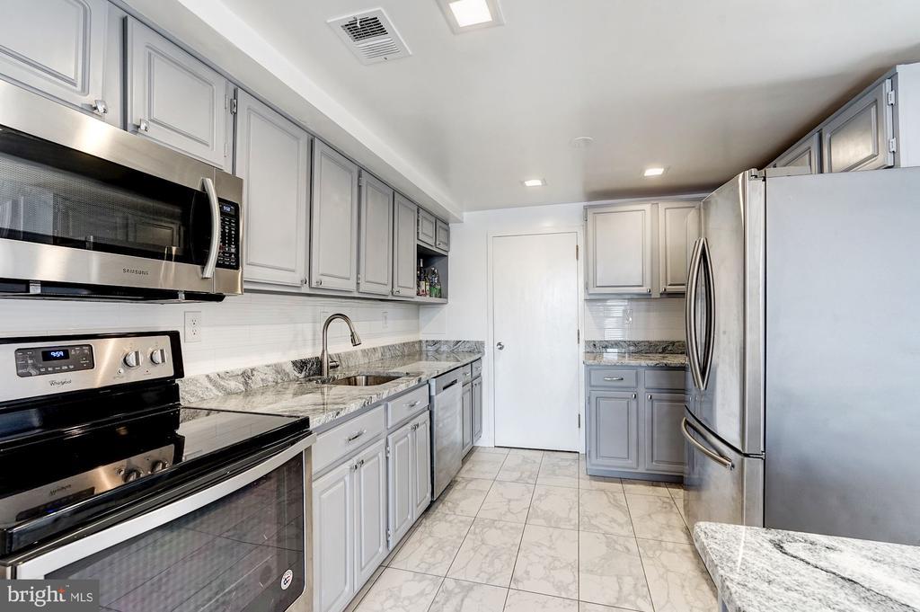 Gourmet kitchen! - 250 S REYNOLDS ST #801, ALEXANDRIA