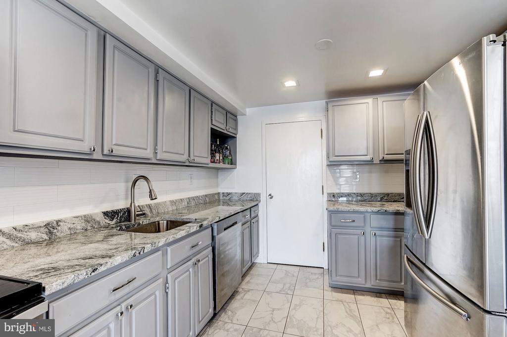 Stainless steel appliances & granite countertops! - 250 S REYNOLDS ST #801, ALEXANDRIA