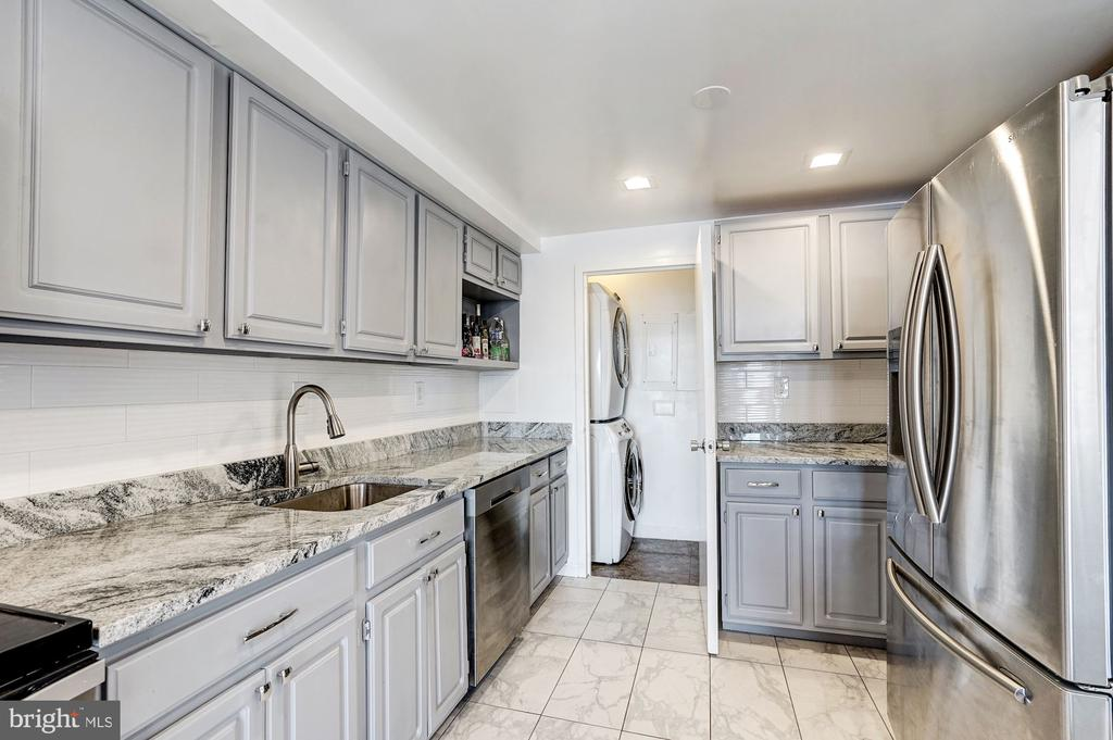 Full-size washer/dryer in the pantry - 250 S REYNOLDS ST #801, ALEXANDRIA