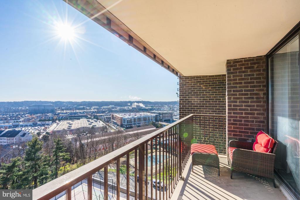 Large balcony on each level - 250 S REYNOLDS ST #801, ALEXANDRIA
