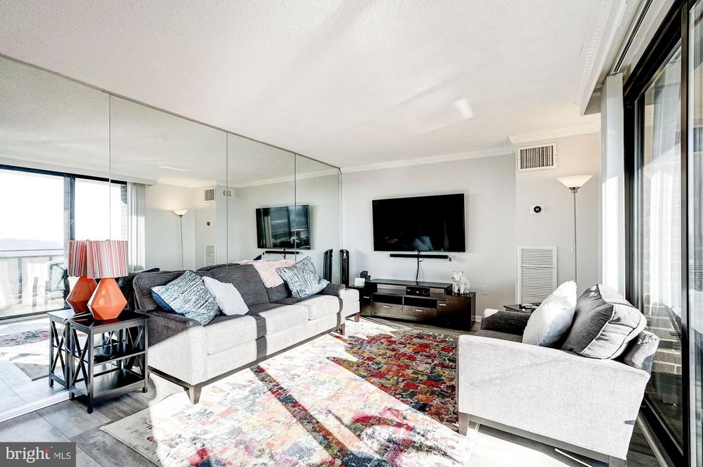Spacious living room - 250 S REYNOLDS ST #801, ALEXANDRIA