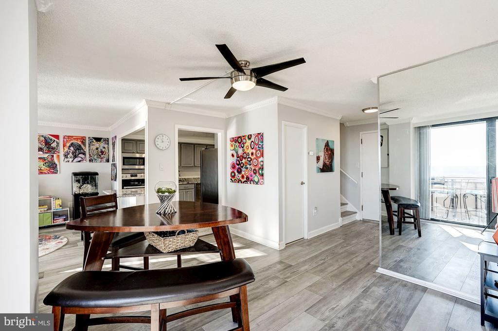 Living room leads into the dining & kitchen - 250 S REYNOLDS ST #801, ALEXANDRIA