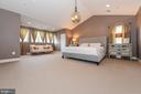 Huge master suite with seating area. - 6720 BOX TURTLE, NEW MARKET