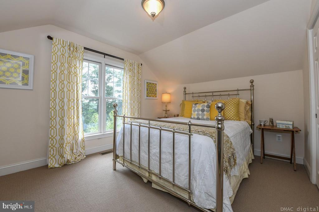 Second upper level bedroom perfect for guests. - 6720 BOX TURTLE, NEW MARKET