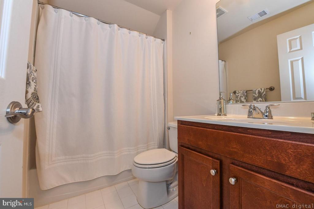 Second upper level full bathroom . - 6720 BOX TURTLE, NEW MARKET