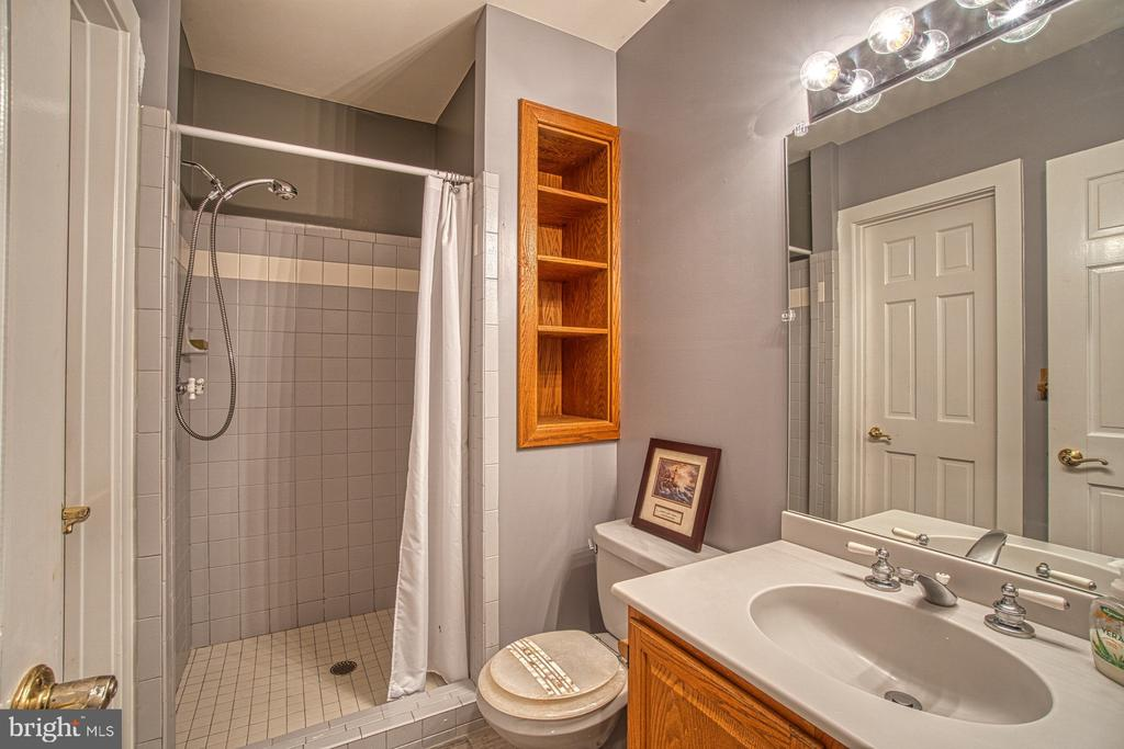 Main Level Full Bath - 3896 GLENBROOK RD, FAIRFAX