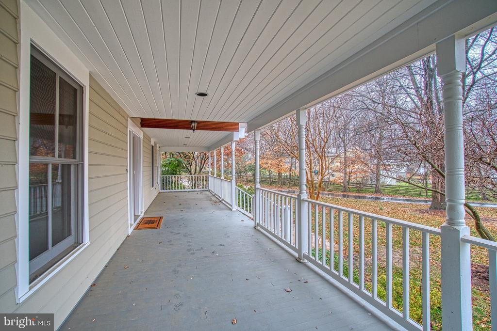 HUGE front porch--watch kids play in front yard! - 3896 GLENBROOK RD, FAIRFAX