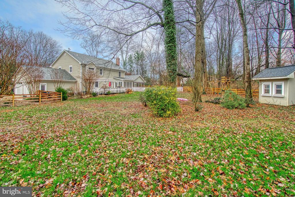 Ample fenced yard for kids and family pets - 3896 GLENBROOK RD, FAIRFAX