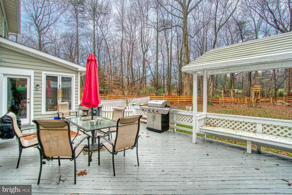 Huge back deck/pergola - 3896 GLENBROOK RD, FAIRFAX