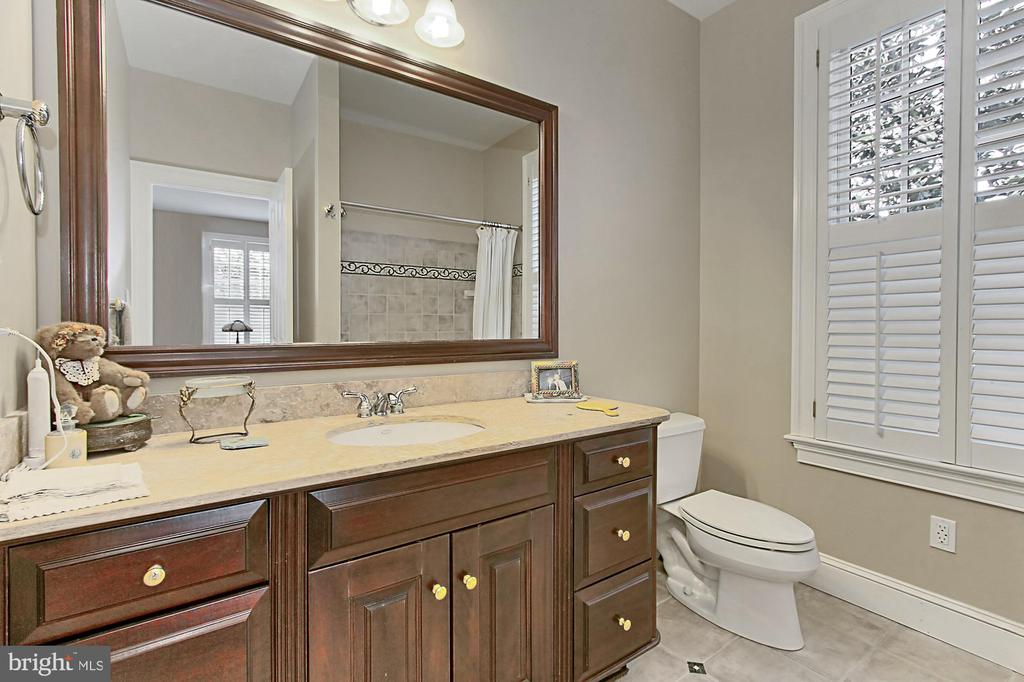 FRONT BEDROOM BATH - 10246 STRATFORD AVE, FAIRFAX