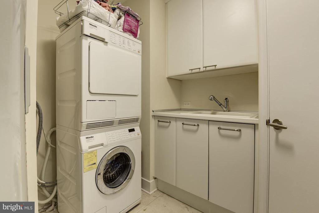 Washer dryer in own room- out of the way - 1881 N NASH ST #1111, ARLINGTON