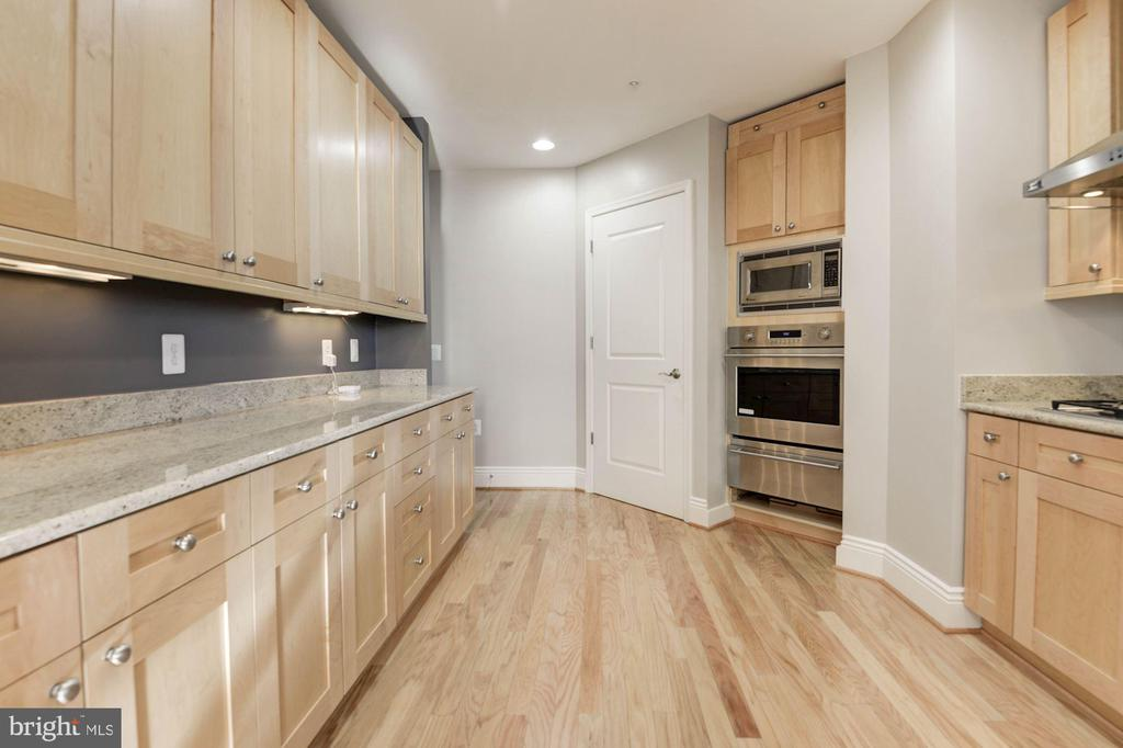 Neutral decor throughout - 11990 MARKET ST #1714, RESTON