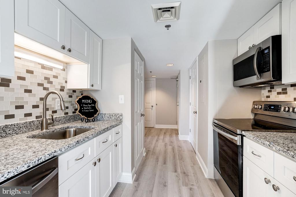 Newly remodeled kitchen with fresh white cabinets - 900 N TAYLOR ST #1426, ARLINGTON