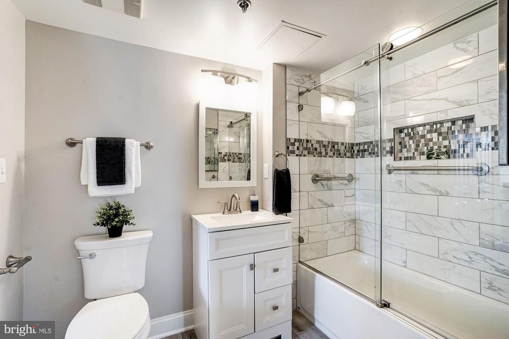 Renovated bath with updated decorative tile - 900 N TAYLOR ST #1426, ARLINGTON