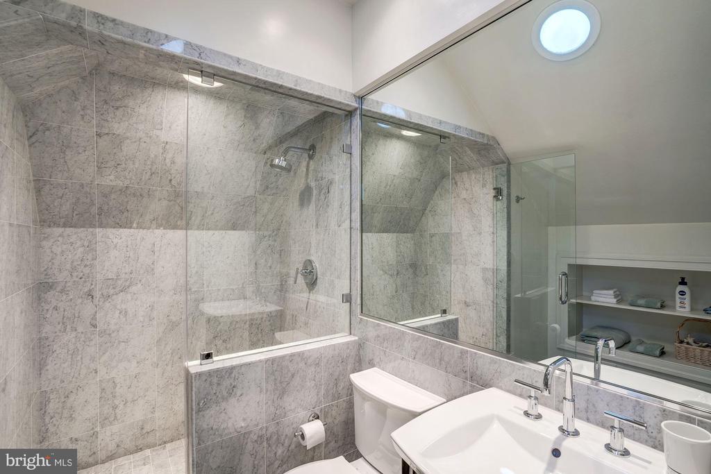 Bedroom #4 Bath - 6126 RAMSHORN DR, MCLEAN