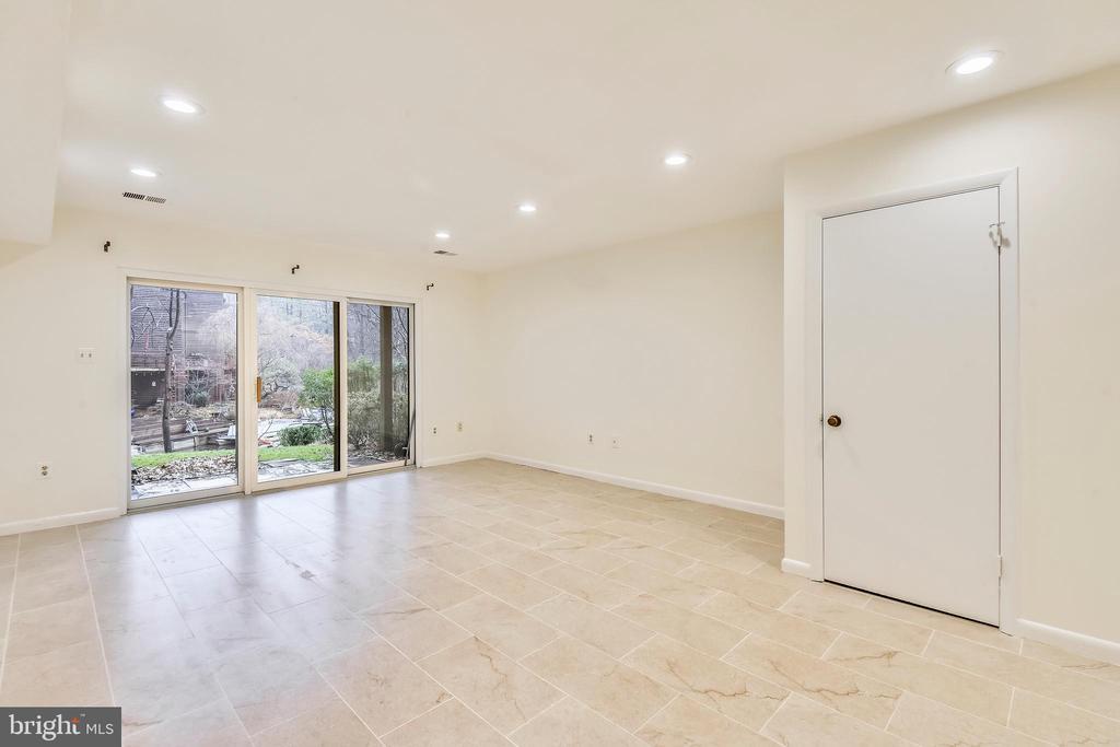 Basement w/sliding glass door to patio & backyard - 2014 SWANS NECK WAY, RESTON
