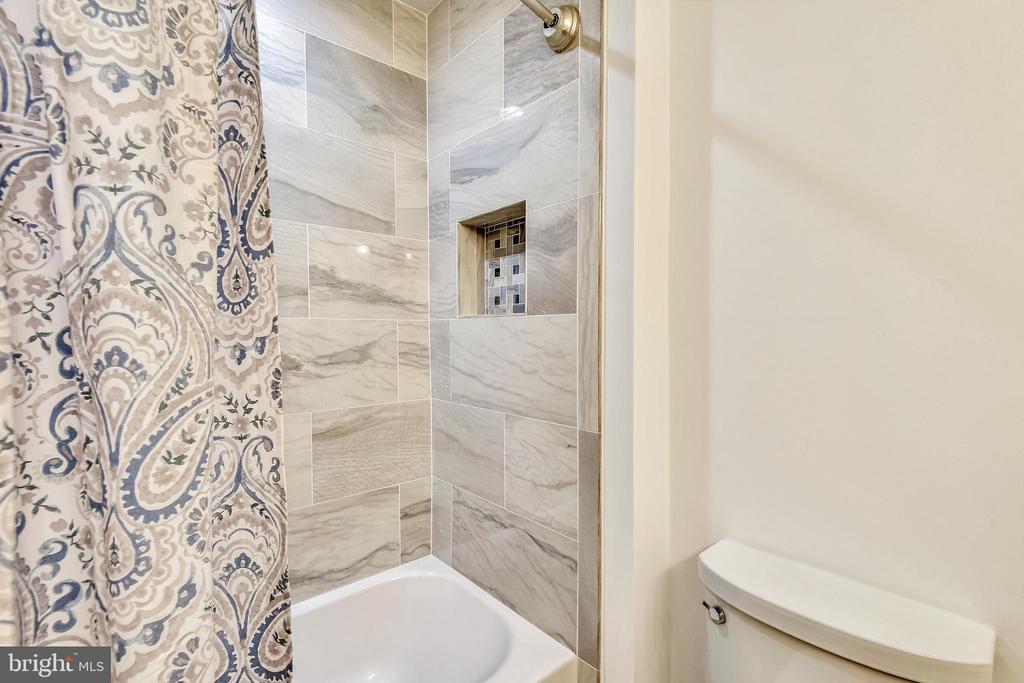 Master bath #1 has tub w/tile surround & niche - 2014 SWANS NECK WAY, RESTON