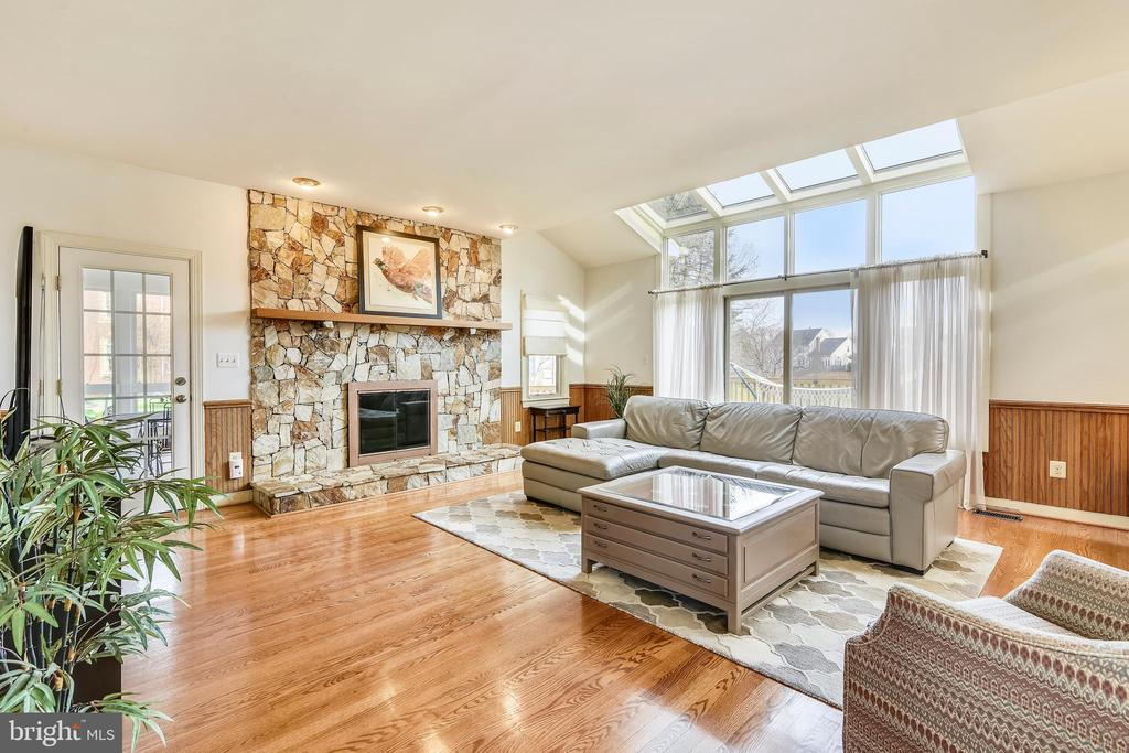 Main Level Family Room - Fireplace - Access Porch - 43347 BUTTERFIELD CT, ASHBURN