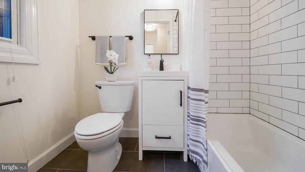 Beautiful updated bathroom - 2600 16TH ST S #685, ARLINGTON