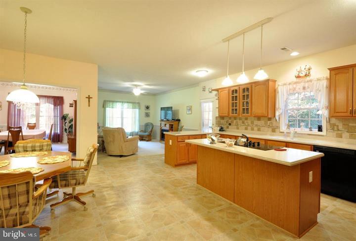 Kitchen open to the family room - 9325 WYNDHAM HILL LN, SPOTSYLVANIA