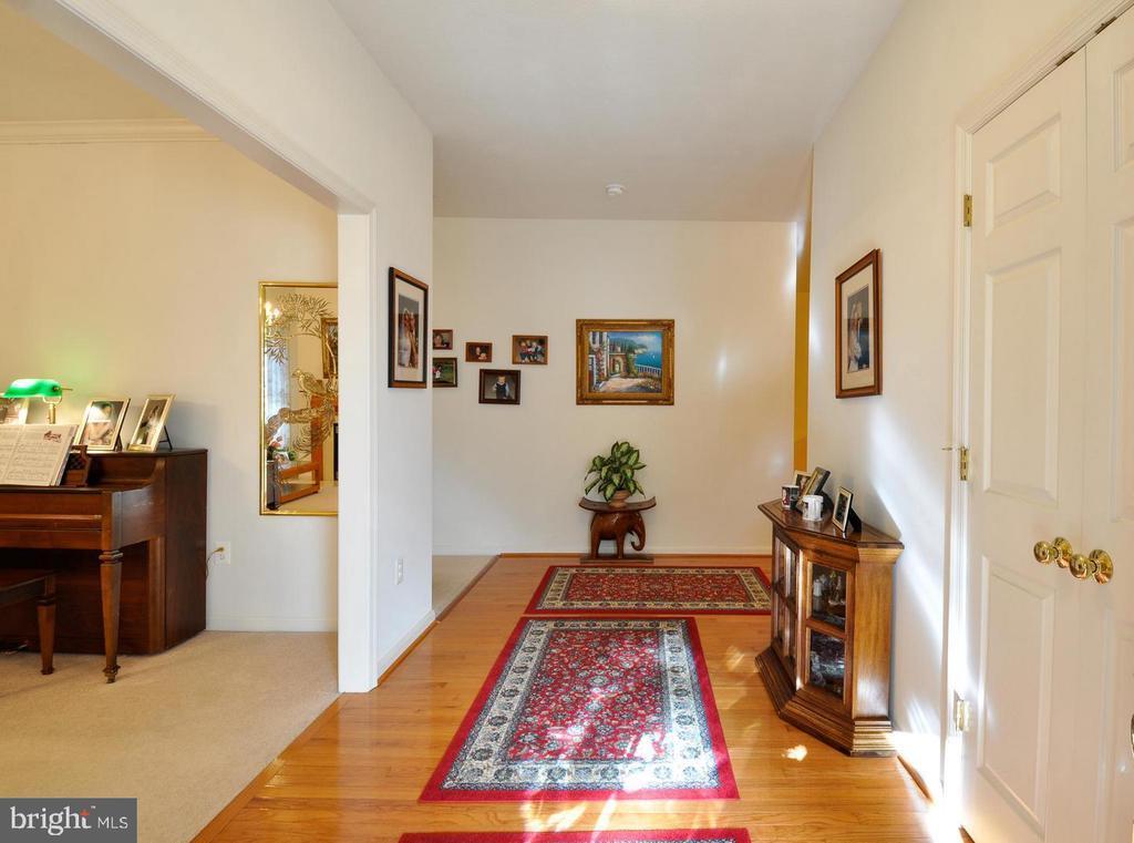 Front hallway with gleaming hardwood floors - 9325 WYNDHAM HILL LN, SPOTSYLVANIA