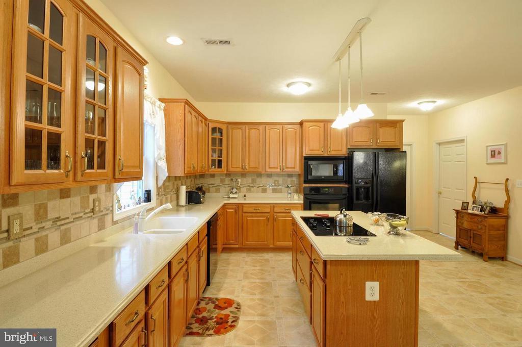 Kitchen has plenty of counter space - 9325 WYNDHAM HILL LN, SPOTSYLVANIA