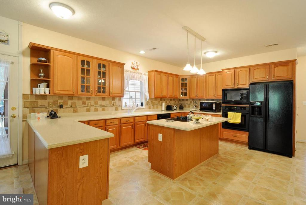 Kitchen with plenty of storage and counterspace - 9325 WYNDHAM HILL LN, SPOTSYLVANIA