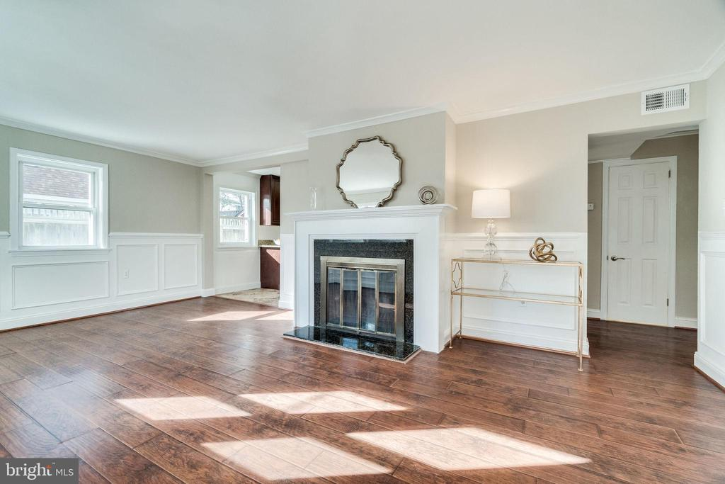 Cozy Living Room - 132 N DONELSON ST, ALEXANDRIA