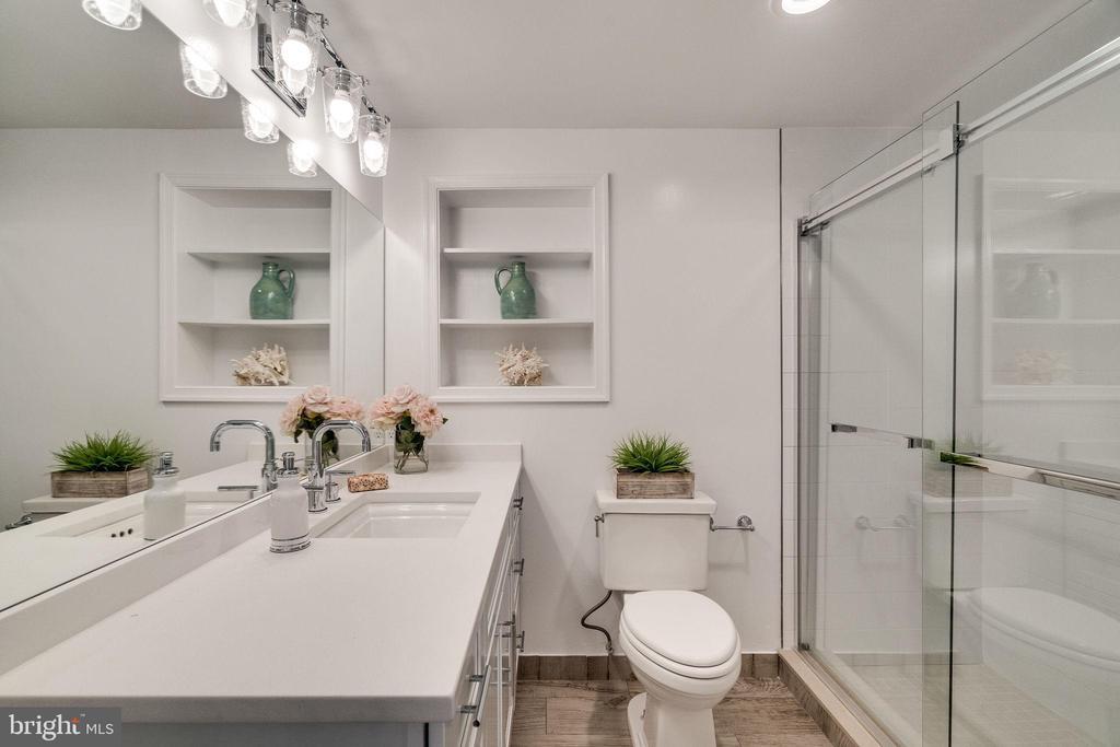 Bathroom - 132 N DONELSON ST, ALEXANDRIA