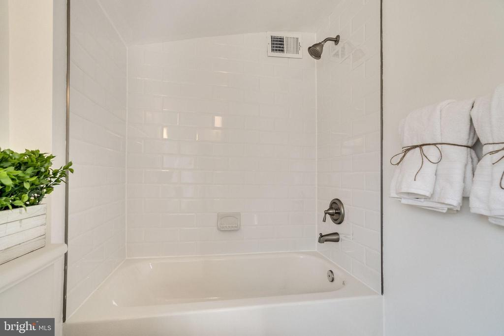 Upstairs Hallway Bathroom - 132 N DONELSON ST, ALEXANDRIA