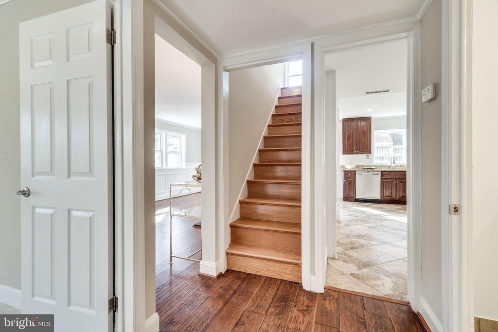 Staircase - 132 N DONELSON ST, ALEXANDRIA